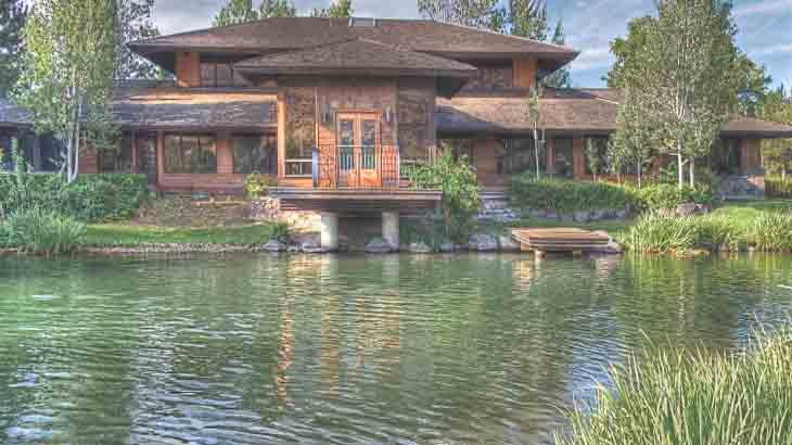 Дом на берегу пруда