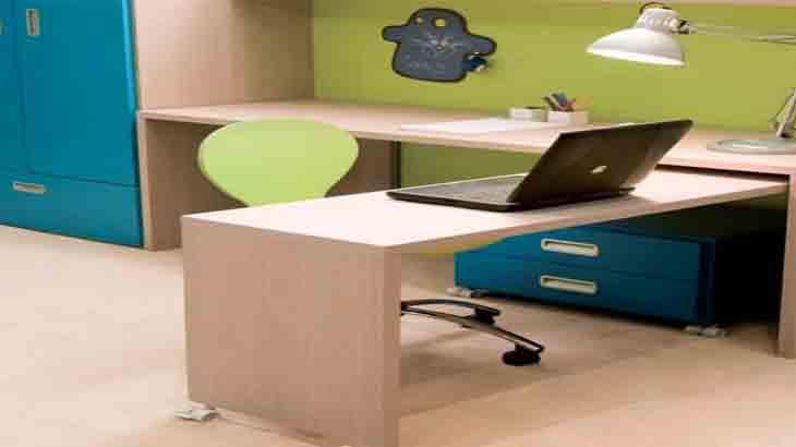 Письменные столы в комнате