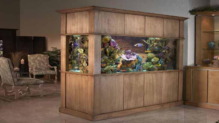 Зонирование перегородкой с аквариумом