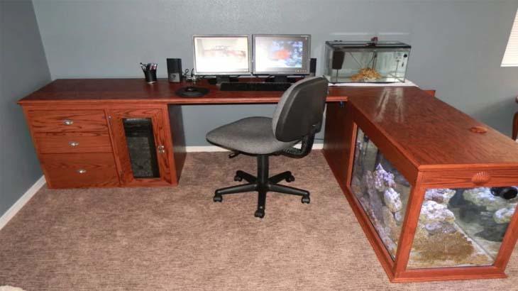 Офисный стол с аквариумом