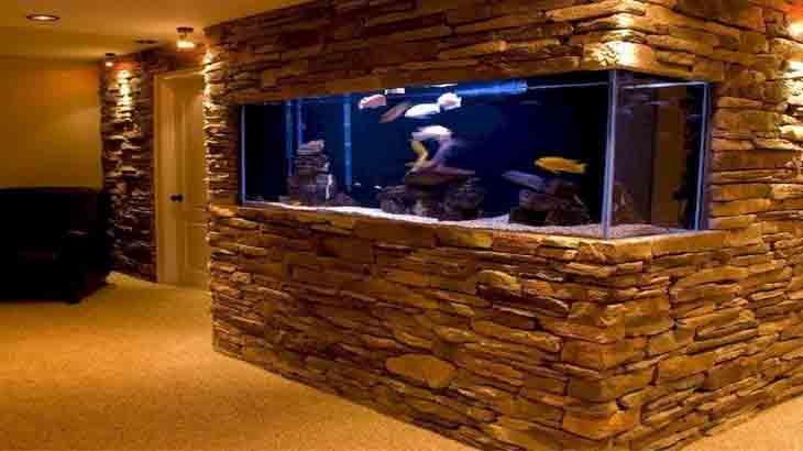 Аквариум в стене с морскими рыбками