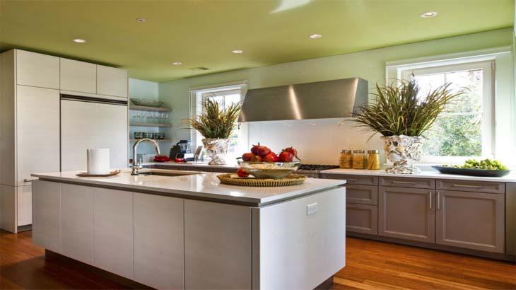 Потолок в зеленом цвете на кухне