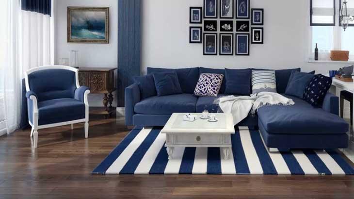 Белая гостиная с синими аксессуарами