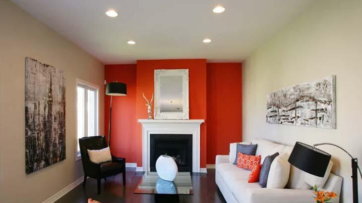Комната с яркой стеной