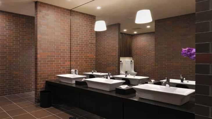 Отделка стен ванной клинкерным кирпичом