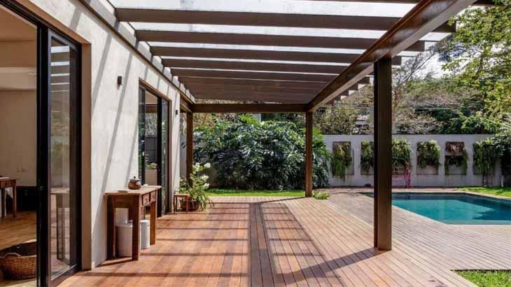 Вид с террасы на сад и бассейн