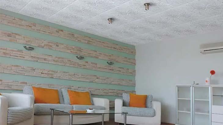 Светлая комната с потолком из плитки ПВХ