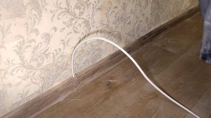 Вывод кабеля из под плинтуса